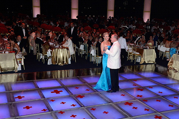 Князь Альбер с княгиней Шарлен на Red Cross Ball Gala-2014