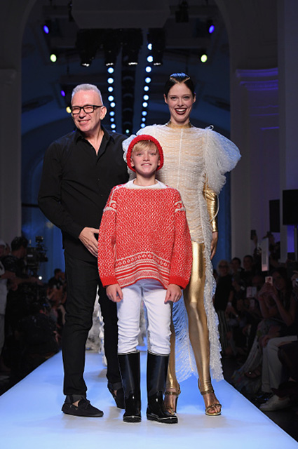 Жан-Поль Готье и Коко Роша в финале показа Jean Paul Gaultier Couture осень-зима 2017-18