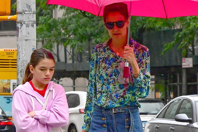 Katie Holmes and her daughter Suri walked through rainy New York