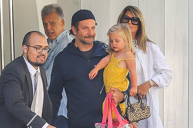 Paparazzi photographed Bradley Cooper with his daughter Leah in New York after the news of custody of the child