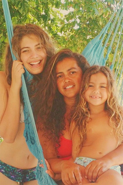 Valentina Sampaio with mom and sister