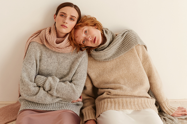 We are warming ourselves: coats and cozy sweaters in new autumn lookbooks