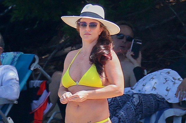 Britney Spears escaped from family problems in Honolulu: beach photos of the singer in Hawaii