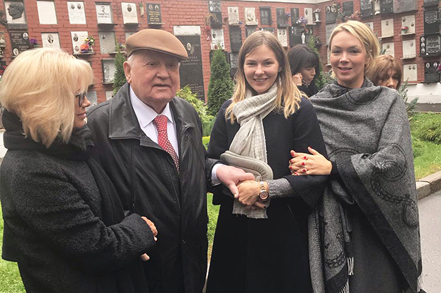 Mikhail Gorbachev and his family paid tribute to the wife of Raisa on the 20th anniversary of her death