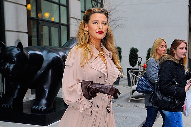 A game in contrast: Blake Lively got into the frame of the paparazzi in New York