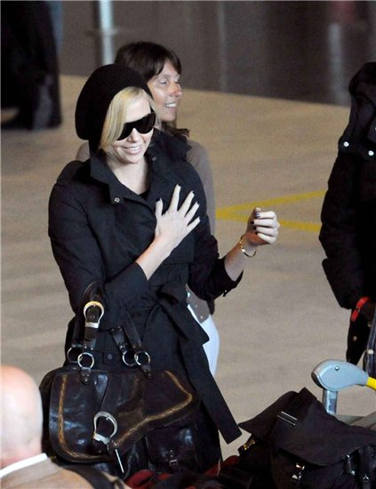 Charlize Theron. Arriving in Paris. 3.02.10 (foto)