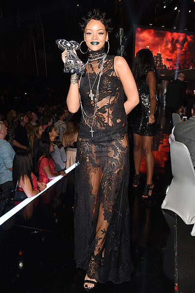 Рианна в мае 2014-го,  iHeartRadio Music Awards, платье Givenchy